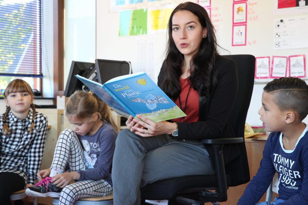 Pabo-student leest voor tijdens de Voorleesactie